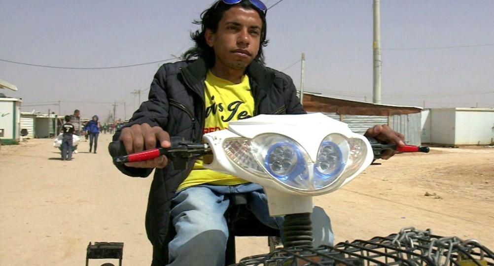 Беженец-инвалид собрал электрический велосипед, чтобы передвигаться по лагерю