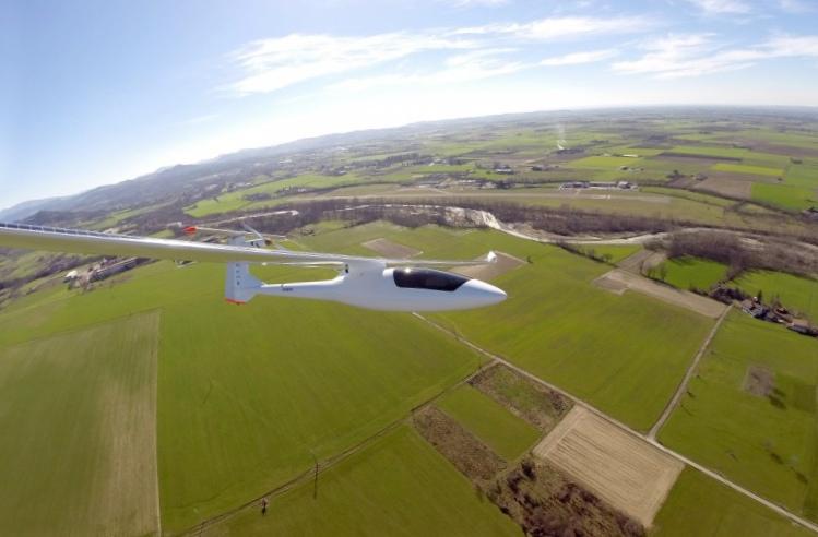 Двухместный самолет на солнечной энергии sunseeker duo