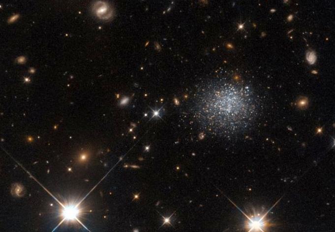 История черной дыры рассказана космическими объектами