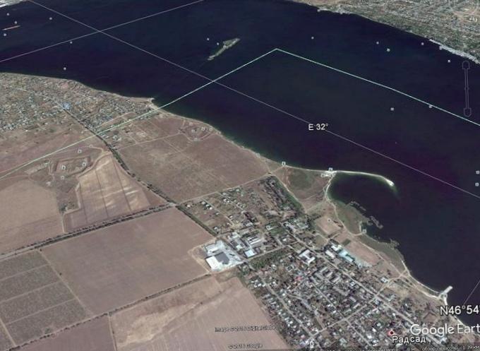 Какие силы и процессы разрушают береговые уступы, обрывы, у моря и реки?