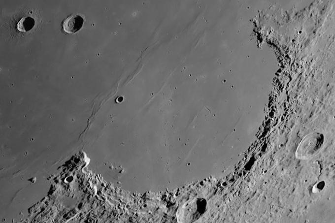 На луне найдены следы жизни