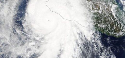 nasa-pokazalo-orbitalnye-foto-i-video-uragana_1.jpg