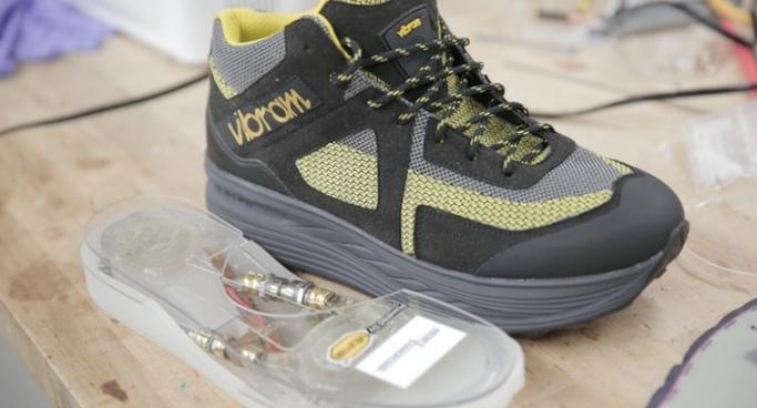 Обувь собирает кинетическую энергию во время ходьбы