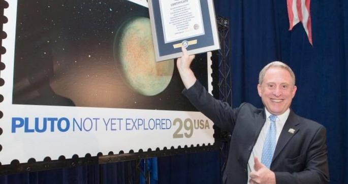 Почтовая марка с изображением плутона миссии «новые горизонты » была занесена в «книгу рекордов гиннесса»