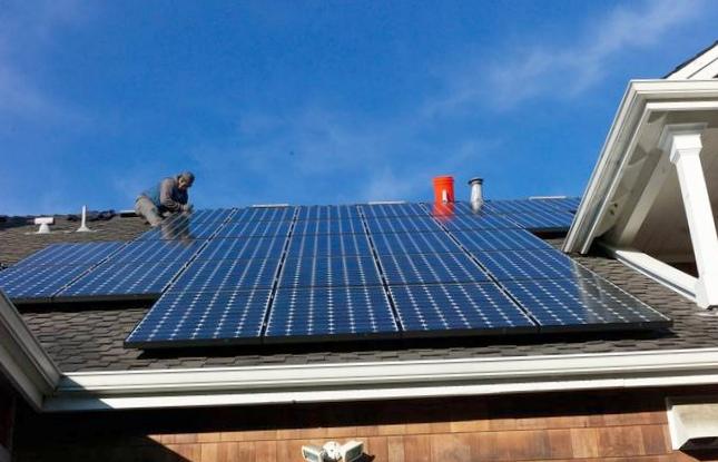 Стеклянное покрытие позволяет солнечным панелям поглощать больше света и самоочищаться