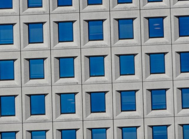Умное окно генерирует энергию и само затеняется при ярком солнечном свете
